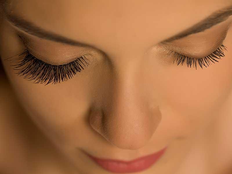 Изкуствени мигли – крият ли риск за нашите очи?